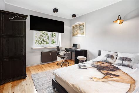 Single bed bedroom in a large 4 bedroom and 2 floor
